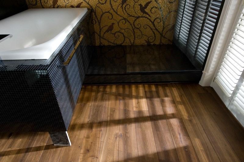 Een houten vloer in uw badkamer. - Noord-West Interieurs